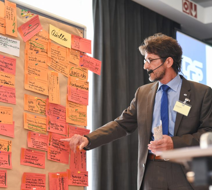 Andreas Ritter präsentiert Ergebnisse eines Seminars